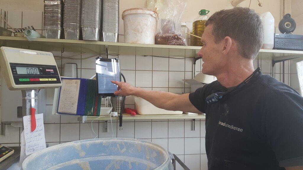 Thomas Jørgensen fra Brødsnedkeren bruger iPad'en i produktionen.
